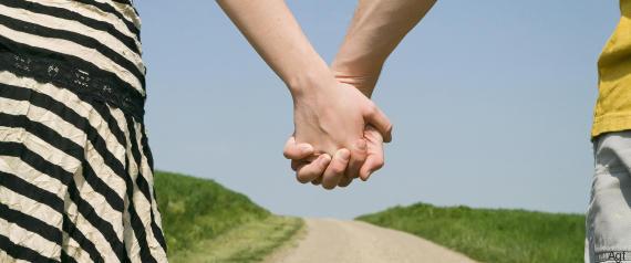 Couple ayant leurs mains enlacées France